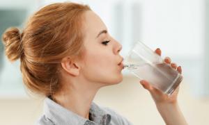 4 cách uống nước tốt đâu chưa thấy, dễ gây suy gan thận cho bạn