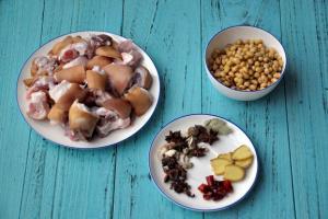 Móng giò hầm đậu nành: Món ngon giúp da đẹp, ngực đầy
