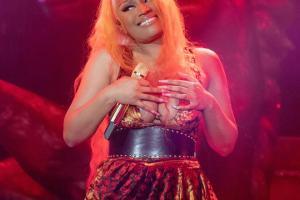 Nicki Minaj nhiều lần gặp sự cố lộ hàng phản cảm trên sân khấu