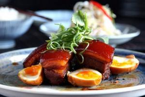 Cách làm Thịt kho tàu trứng nước dừa siêu hấp dẫn