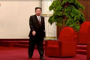 Kim Jong-un gây chú ý vì mang tất đi xăng đan